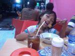Ade Jessy makan bakso